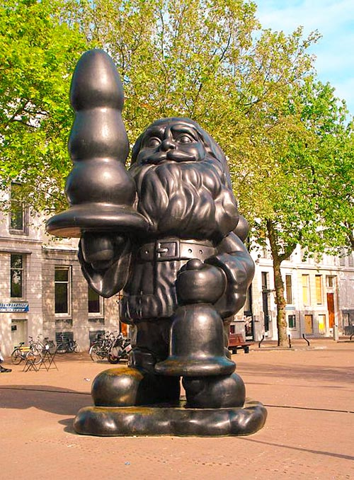 statue of santa claus or buttplug gnome by artist paul mccarthy