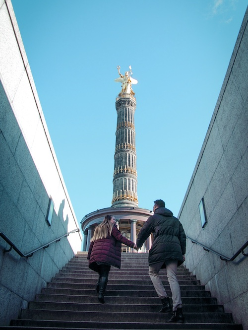 travel bloggers in berlin at victory column in tiergarten